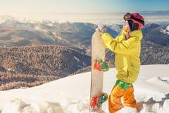 Menina do Snowboarder no fundo de cumes da montanha alta, Suíça Imagens de Stock Royalty Free