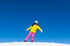 Menina do Snowboarder que faz o truque do conluio no snowboard Fotos de Stock Royalty Free