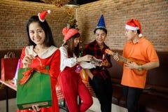 Menina do sorriso com presente do Natal Imagem de Stock Royalty Free