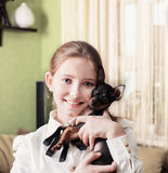 Menina do sorriso com terrier de brinquedo Imagens de Stock