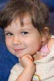 A menina do sorriso com um termômetro fotografia de stock