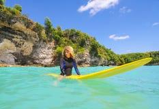 Menina do surfista Foto de Stock Royalty Free