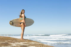 Menina do surfista fotos de stock royalty free