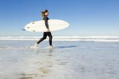 Menina do surfista imagem de stock royalty free