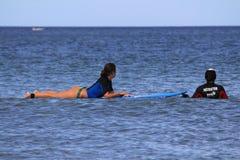 Menina do surfista com instrutor Fotos de Stock
