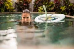 Menina do surfista com o longboard na associação foto de stock royalty free