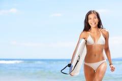 Menina do surfista da mulher na praia Fotos de Stock Royalty Free