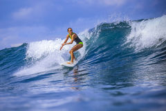 Menina do surfista em onda azul surpreendente Foto de Stock Royalty Free