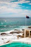 A menina do surfista está olhando no oceano na praia de Bondi Fotos de Stock