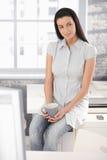 Menina do trabalhador de escritório na ruptura de café Imagens de Stock Royalty Free