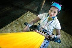 menina do tribo de Padaung, pessoa de Karen com anéis de cobre em torno de seu pescoço, trabalhando em um l fotografia de stock royalty free