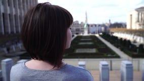 A menina do turista anda e olha atrações na cidade de Bruxelas Bélgica Movimento lento vídeos de arquivo