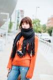 Menina do turista com câmera retro Fotografia de Stock