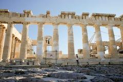 Menina do turista com uma trouxa na frente da fachada sul do Partenon Imagens de Stock