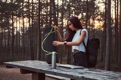 A menina do turista está indo ir mais após uma ruptura na floresta bonita do outono durante o por do sol foto de stock royalty free