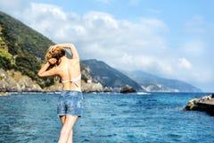 Menina do turista no al Mare Italian riviera de Monterosso Mar e Mountain View Cinqueterre Liguria Imagem de Stock Royalty Free