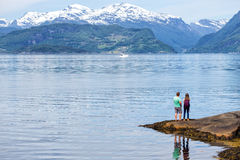 Menina do turista no Hardangerfjorden Foto de Stock