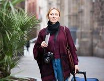 Menina do turista que anda com o saco do curso foto de stock