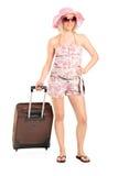 Menina do turista que carreg uma bagagem Fotos de Stock Royalty Free