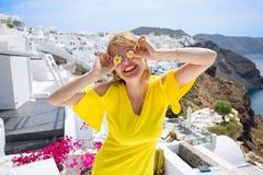 Menina do turista que tem o tempo do divertimento em Santorini fotos de stock royalty free