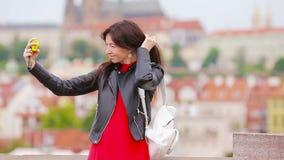 Menina do turista que toma fotos do curso pela atração famosa com o smartphone em férias de verão Turista atrativo novo video estoque