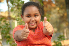 Menina do Tween que mostra os polegares acima Fotos de Stock