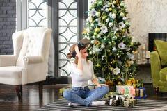 Menina do vendedor que usa vidros da realidade virtual Fotografia de Stock