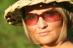Menina do verão com vidros de sol Fotos de Stock Royalty Free