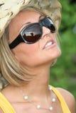 Menina do verão com vidros de sol foto de stock royalty free