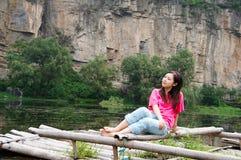 Menina do verão na jangada de bambu Imagem de Stock