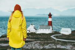 Menina do viajante que aprecia o escandinavo da aventura do conceito do estilo de vida do curso da paisagem do mar do farol de No Imagem de Stock