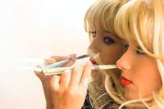 Menina do viciado do retrato com droga e dinheiro Fotografia de Stock