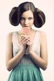 Menina do vintage com lollipop, olha a direita Imagem de Stock