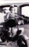Menina do vintage no 'trotinette' velho Imagem de Stock Royalty Free
