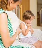 Menina do xingamento da mãe no sofá imagem de stock royalty free