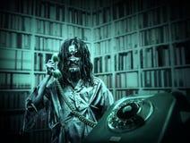 Menina do zombi do horror que chama pelo telefone foto de stock royalty free