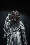 Menina do zombi do horror que chama pelo telefone imagem de stock royalty free