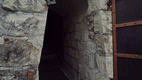 A menina doce abre a porta maciça do metal da torre e vai para dentro vídeos de arquivo