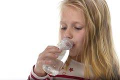 Menina doce bonito com olhos azuis e cabelo louro 7 anos de garrafa guardando velha de beber da água Fotos de Stock