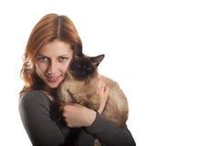Menina doce com um gato Siamese Fotos de Stock Royalty Free