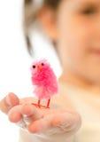 Menina doce da criança que joga com o pássaro cor-de-rosa macio pequeno a Fotos de Stock