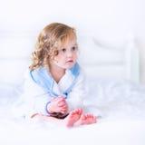 Menina doce do litlte em um roupão e em uma toalha foto de stock royalty free