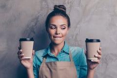 A menina doce, lindo, agradável, ideal, sonhadora faz o melhor latte fotografia de stock