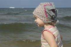 Menina doce na praia fotos de stock