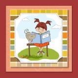menina doce que lê um livro Fotos de Stock