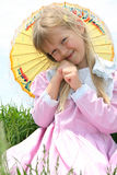 Menina doce que prende um parasol. Fotos de Stock