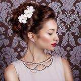 Menina doce 'sexy' nova bonita com os grandes bordos vermelhos na grinalda branca do casamento na cabeça Fotografia de Stock