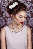 Menina doce 'sexy' nova bonita com os grandes bordos vermelhos na grinalda branca do casamento na cabeça Fotos de Stock