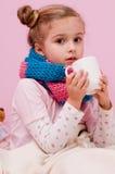Menina doente com chá quente Fotografia de Stock Royalty Free