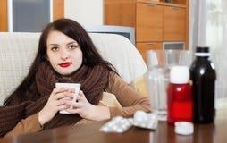 Menina doente com medicamentações Fotos de Stock Royalty Free